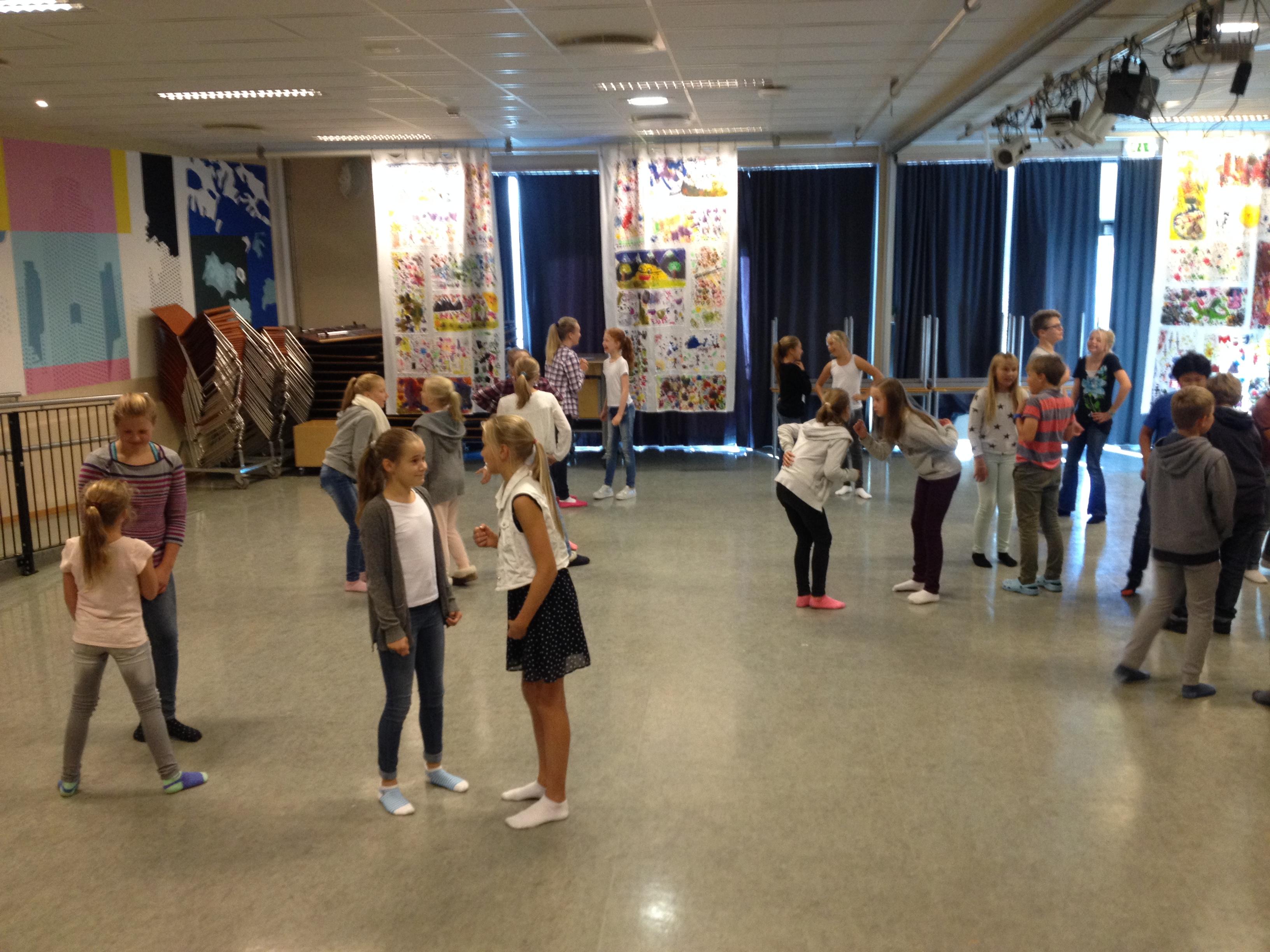 Oppvarmingsøvelser Før Forumteaterspill, Bogstad Skole I Oslo.